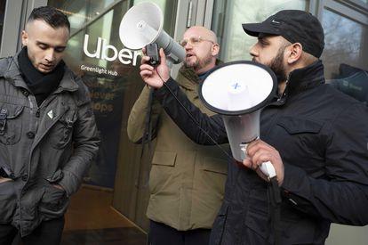 Conductores de la plataforma Uber protestan frente a las oficinas de la empresa, en Ámsterdam, el pasado 26 de febrero.