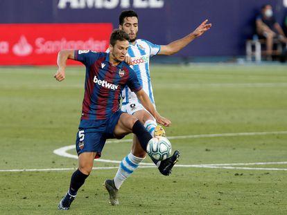 Partido de la Liga donde los dos equipos, Levante y Real Sociedad, llevan camisetas patrocinadas por portales vinculados con las apuestas.