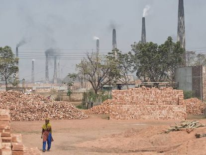 Las fábricas de ladrillos delinean un cinturón de polución que aporta en torno al 60% de la contaminación atmosférica de Dacca.
