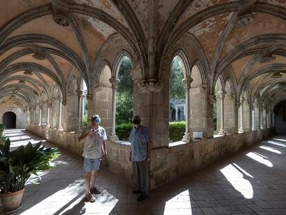 Jaume Aymar (con camisa azul), en el claustro de Sant Jeroni de la Murtra de Badalona.