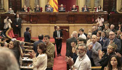 Diputados independentistas aplauden a los familiares de Jordi Turull, Jordi Sánchez y Josep Rull.