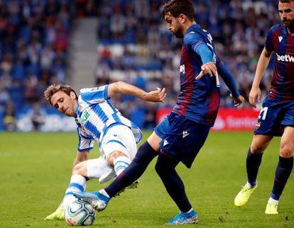 El defensa de la Real Sociedad Nacho Monreal (izquierda) disputa un balón con Campaña, centrocampista del Levante,