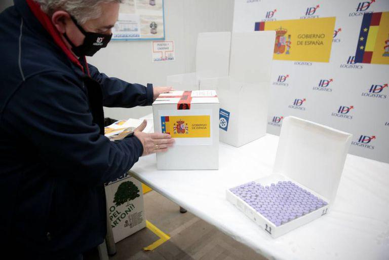 Un funcionario junto a las cajas de vacuna Pfizer, en Guadalajara.