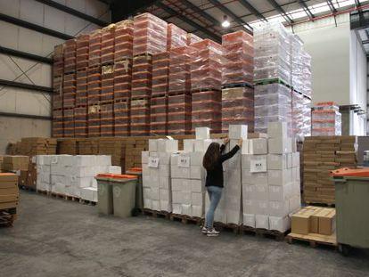Urnas, sobres y papeletas se preparan en una nave en Alcalá de Henares (Madrid).
