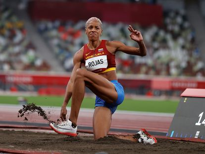 La venezolana Yulimar Rojas compite en las rondas preliminares del grupo A de triple salto femenino durante los Juegos Olímpicos 2020, este viernes en el Estadio Olímpico de Tokio.