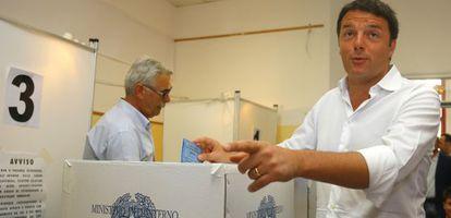 Matteo Renzi emite su voto este domingo en Florencia.