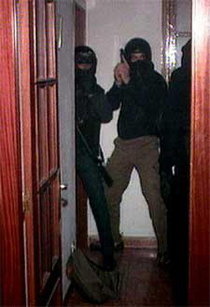 Varios policías asaltan un piso en el que vivían los salafistas detenidos.