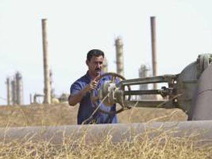Un trabajador petrolero abriendo una válvula en una refinería iraquí. EFE/Archivo