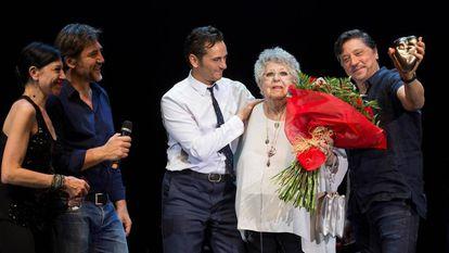 La actriz Pilar Bardem, junto a sus hijos Mónica, Javier y Carlos y el actor y cantante Asier Etxeandia.