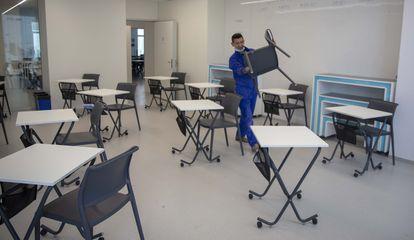 Preparación de un aula para la vuelta de los alumnos en el colegio Summa Aldapeta, de San Sebastián.
