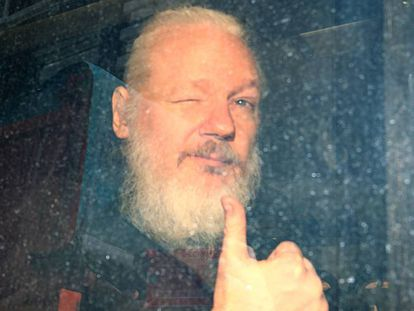 Julian Assange tras ser detenido en Londres en 2019.