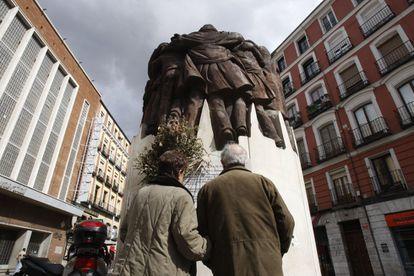 Grupo escultórico 'El abrazo', basado en el cuadro del mismo nombre de Juan Genovés, instalado en la plaza de Antón Martín de Madrid, en homenaje a los abogados laboralistas que fueron asesinados por la extrema derecha el 24 de enero de 1977 en la vecina calle de Atocha, en plena transición política.