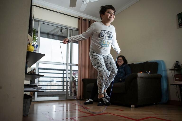 Camilo Augusto Andreassy Castro, de 10 años, y su mamá Érika Andreassy, en su casa en São Paulo.