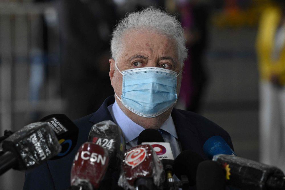 Un escándalo de vacunas a figuras influyentes le cuesta el cargo al ministro de Salud de Argentina