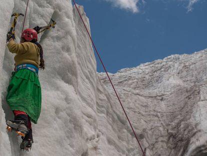 Dora Magueño Machaca entrenando una de las facetas más difíciles del alpinismo, la escalada en hielo.