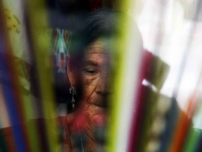 Las mujeres mayas se apoyan en los tejidos como la única forma no verbal para transmitir sus conocimientos a las generaciones posteriores.
