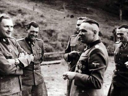 Grupo de oficiales de las SS en Auschwitz, hacia la segunda mitad de 1944. El segundo desde el izquierda es Josef Mengele.