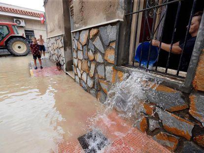 Vecinos de la población alicantina de Dolores limpian sus casas tras las inundaciones que ha provocado la gota fría.