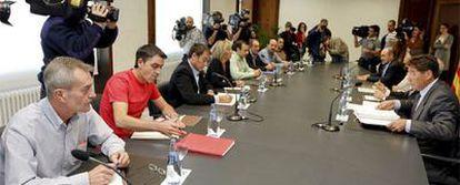 Reunión mantenida ayer en Zaragoza entre el comité de Opel y el Gobierno de Aragón.