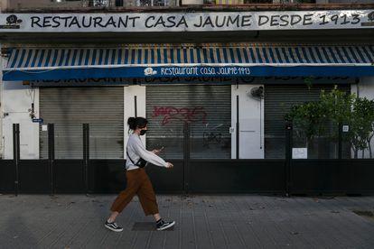 Una imagen de un restaurante de Barcelona, cerrado por las restricciones durante la pandemia. / MASSIMILIANO MINOCRI