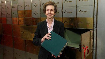 Margarita Salas, durante la apertura del legado que depositó hace diez años en la Caja de las Letras del Instituto Cervantes: el primero de los cuadernos con las investigaciones genéticas que realizó en Nueva York por encargo del premio Nobel de Medicina Severo Ochoa en 1964.