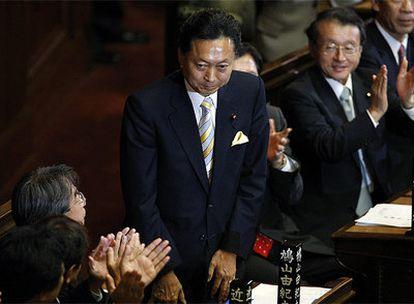 El presidente del Partido Democrático, Yukio Hatoyama, saluda en el Parlamento de Tokio.