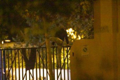 Un menor salta la valla del centro de Hortaleza.
