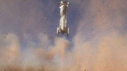 La nave Blue Origin's New Shepard vuela hacia el espacio con el actor de 'Star Trek', William Shatner, y otros tres pasajeros en octubre de 2021.