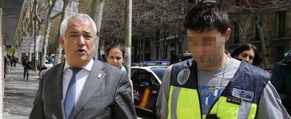 El presidente de la Asociación de Usuarios de Servicios Bancarios (Ausbanc), Luis Pineda, tras el registro de su sede en Madrid el mes pasado.