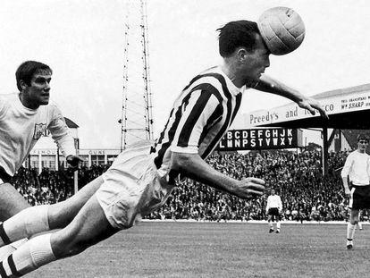 Jeff Astle remata un balón de cabeza con el West Bromwich Albion.
