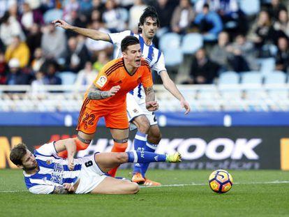 El jugador del Valencia Santi Mina, durante un partido el pasado diciembre, frente al Real Sociedad.