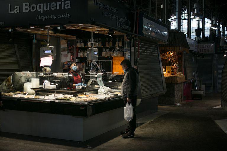 El mercado de la Boqueria, en La Rambla, funciona a medio gas, con pocos clientes y solo algunas paradas abiertas.