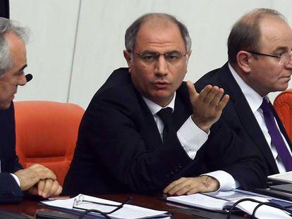 El hasta ahora ministro turco de Interior, Efkan Ala, en una sesón parlamentaria el pasado 19 de enero.