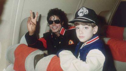 Michael Jackson con Jimmy Safechuck en su avión en 1988.