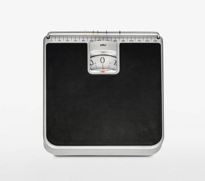 HW1 de Braun. Balanza doméstica en la que cada miembro de la familia puede anotar su peso. Diseñada por Rams y Lubs en 1968.