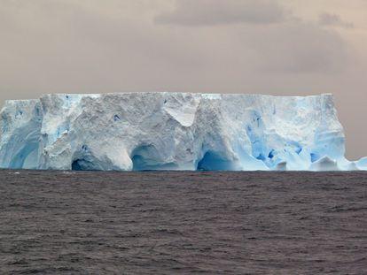 Los icebergs desgajados de la Antártida, como este en el mar del Scotia, cuentan el pasado del hielo.