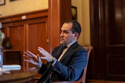 El ministro de Hacienda de México, Arturo Herrera, durante una entrevista en abril de 2020 en Palacio Nacional.