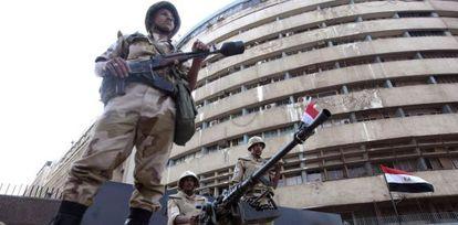 Soldados ante el edificio de la televisión pública en El Cairo.