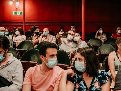 Asistentes a la reapertura del Teatro Lara, el pasado miércoles, en Madrid.