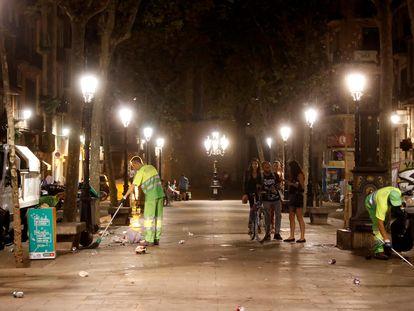 Servicios de limpieza tras las aglomeraciones y botellones el pasado 5 de septiembre en Barcelona.