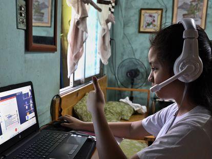 Dana Abaya, de 9 años, informa a su maestra que ya está lista para comenzar las clases 'online'.