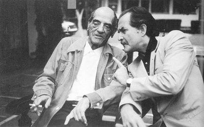 Carlos Fuentes (derecha) charla con Luis Buñuel en México (1979), en una foto del libro 'Pantallas de plata'.