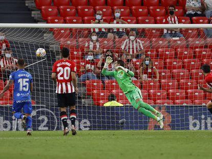 Vivian bate a Reina en la acción del primer gol del Athletic.