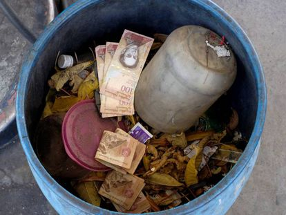 Billetes antiguos de 100 bolívares en un cubo de basura en Caracas.