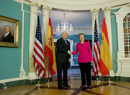 Miguel Ángel Moratinos y Hillary Clinton se saludan en el Departamento de Estado en Washington.
