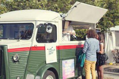 Un 'food-truck' de venta de vinos.