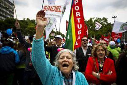 Varios manifestantes sujetan banderas y gritan eslóganes durante una marcha convocada por el sindicato UGT. EFE/Archivo