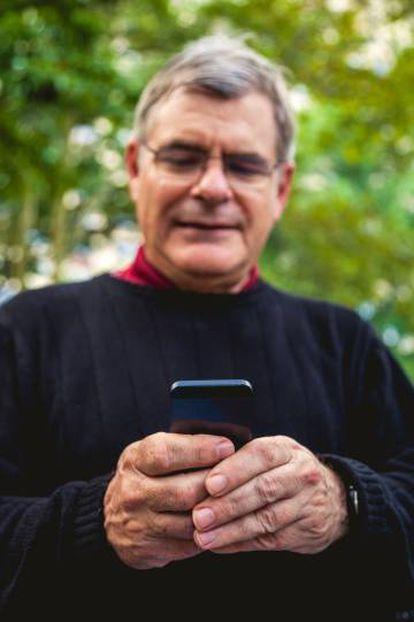 Un hombre consulta su teléfono inteligente.