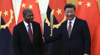 Xi Jinping, junto al presidente de Angola, Joao Lourenço, este domingo en Pekín.