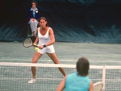 Renée Richards a punto de volear en la red durante el Abierto de Estados Unidos de 1977.
